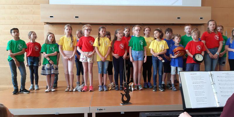 De Kinners vun de Grundschool in Karby mit ehrn Emmi